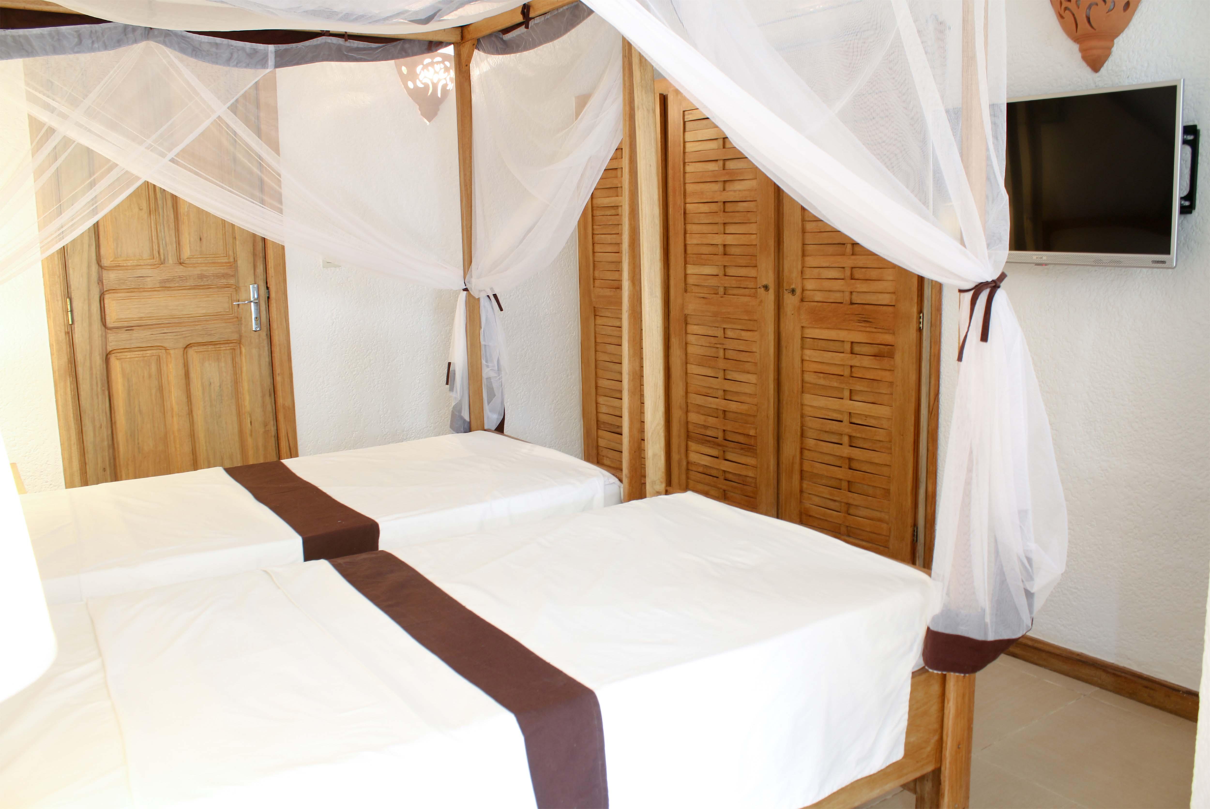 chambre bien équipée avec 2 lits jumelées