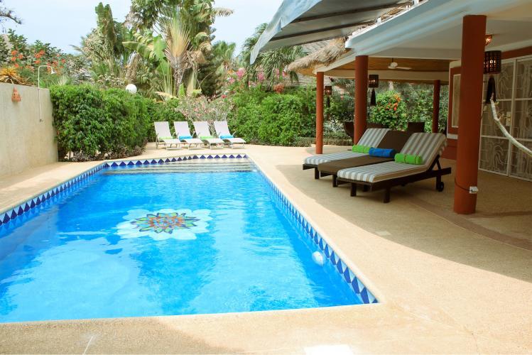 très beau jardin avec piscine