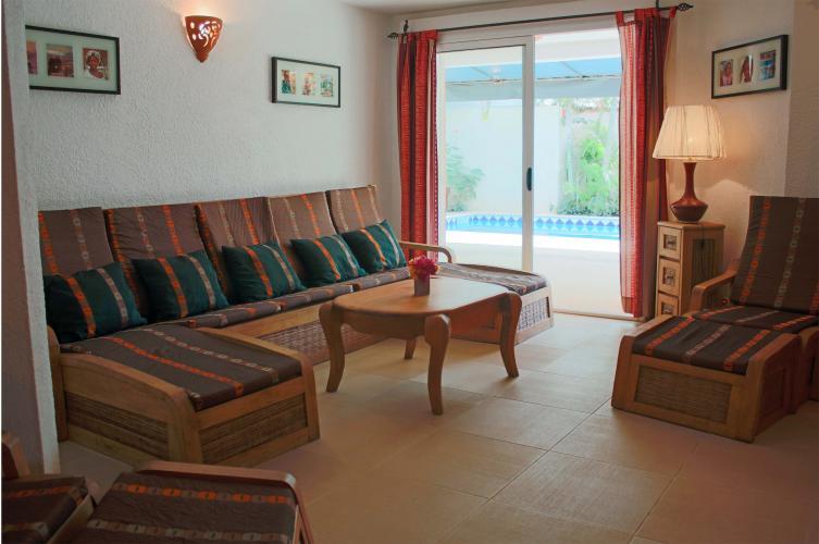salon spacieux avec accès direct sur la piscine