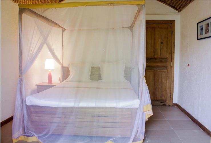 Chambre 2 - lit avec moustiquaire
