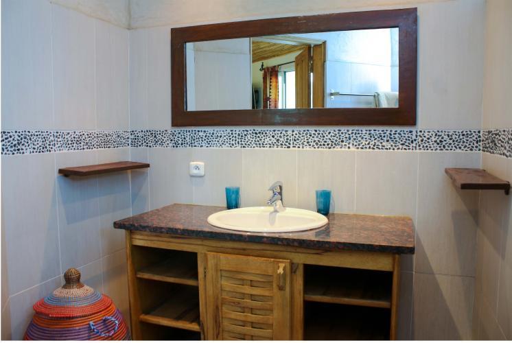 Chambre 2 - salle de bain avec miroir