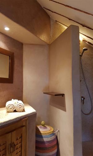Chambre 4 - salle de bain avec miroir