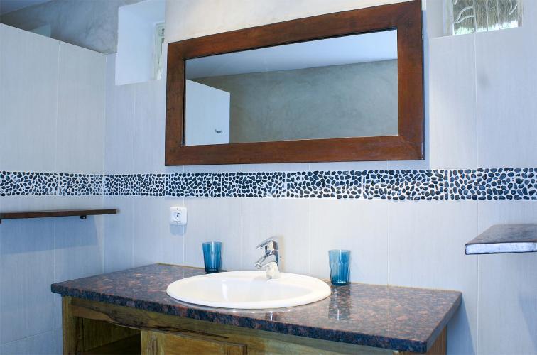 Chambre 5 - salle de bain avec miroir