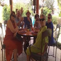 Griupe de touristes Bretons à la terrasse - Villa Saly
