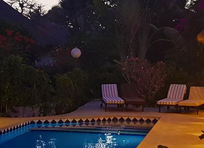 villa equipée de piscine - vue de nuit